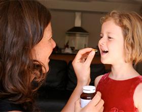 Мама дает витамины ребенку