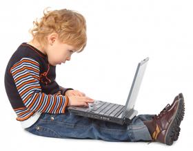 Ребенок сидит за компьютером