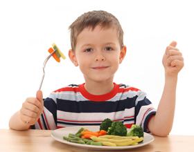 Ребенок есть овощи