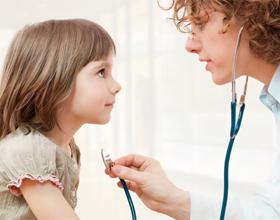 Ребенок у доктор при головной боли