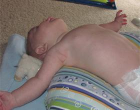 Новорожденный выгибает спину и запрокидывает голову