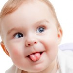 Почему грудничок высовывает язык — возможные заболевания