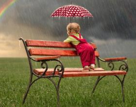 Можно ли гулять с грудничком в дождь