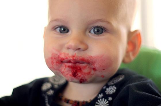 Ребенок съел малину