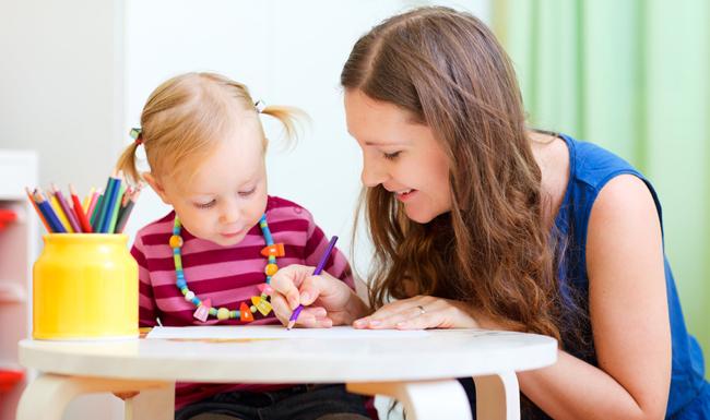 Ребенок занимается с логопедом