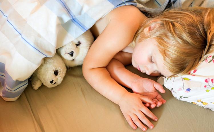 Девочка с недержанием спит