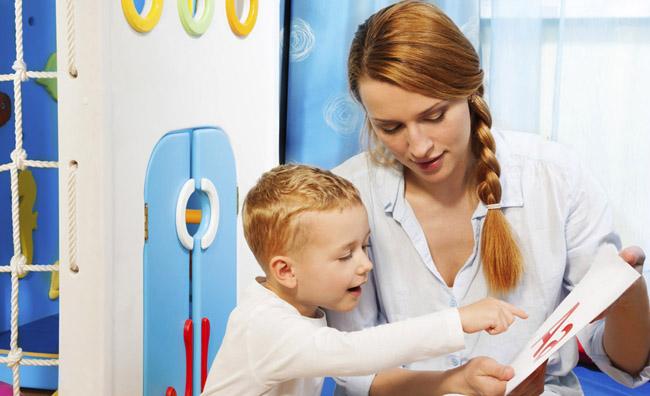 Ребенок с логопедом