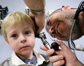 доктор осматривает ухо ребенка
