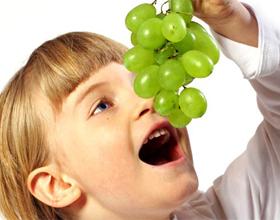 Ребенок есть виноград