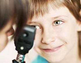Осмотр глаза у ребенка