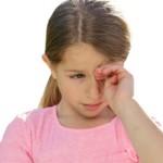 У ребенка слезится глаз, что делать?