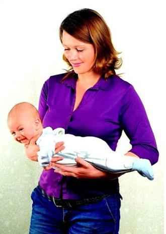 Как держать ребенка под живот