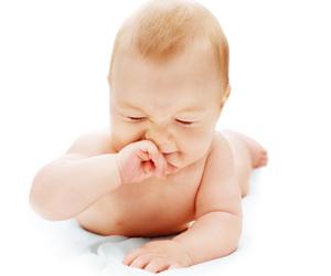 Ребенок чешет носик