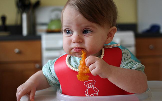 Ребенок кушает патиссон