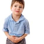 У ребенка болит живот в области пупка: причины и что делать