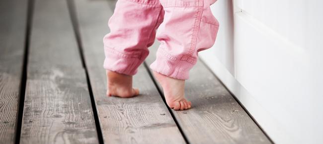 Малыш ходит на цыпочках