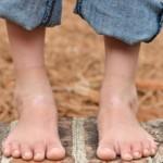 У ребенка болит пятка (больно наступать): причины и лечение