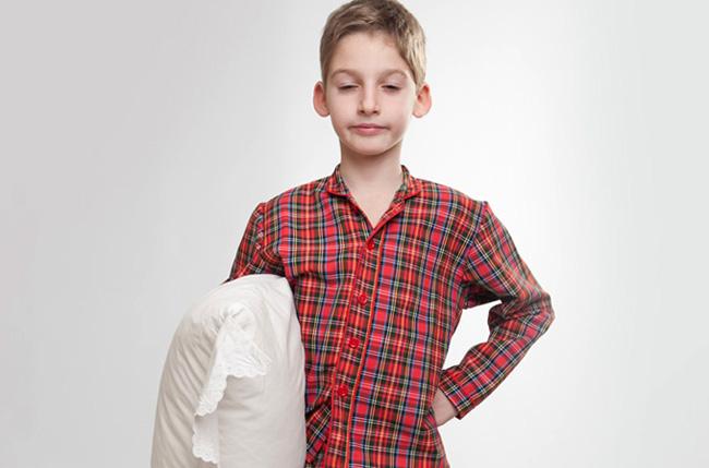 Ребенок с подушкой ходит во сне