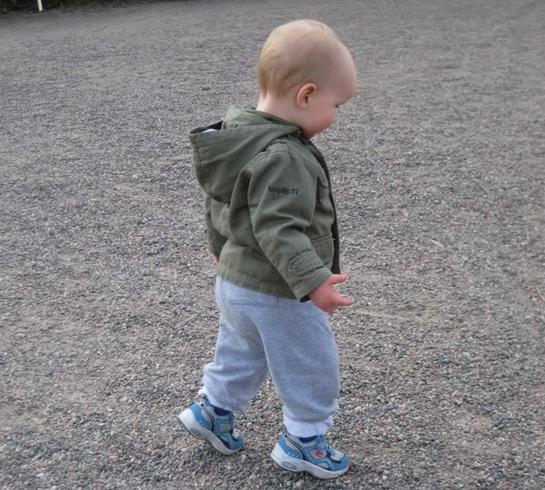 Мальчик ходит на носочках