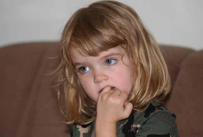 Девочка грызет ногти
