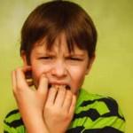 Ребенок грызет ногти: причины, что делать и как отучить
